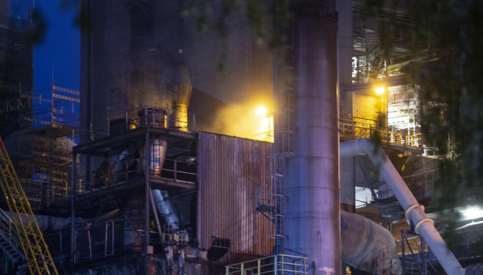 Brevik 20210726. Det brenner mandag kveld i kullanlegget hos Norcem i Brevik.Foto: Trond Reidar Teigen / NTB