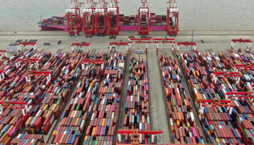 Arbeidet går for fullt i konteinerhavnen i Shanghai, men det er store forsinkelser i verdenshandelen. Foto: AP / NTB