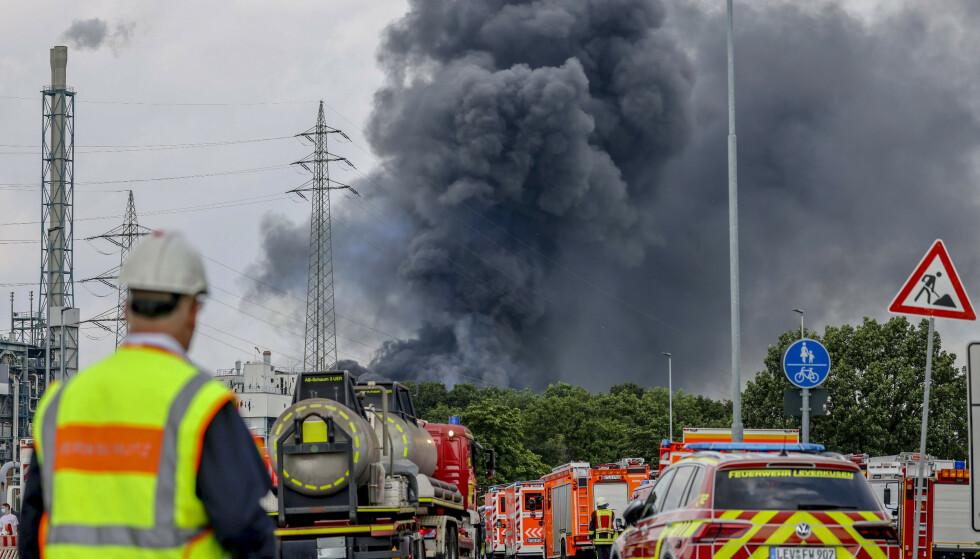Tykk svart røyk steg opp fra eksplosjonsstedet i Leverkusen tirsdag. Foto: Oliver Berg / DPA / AP / NTB.