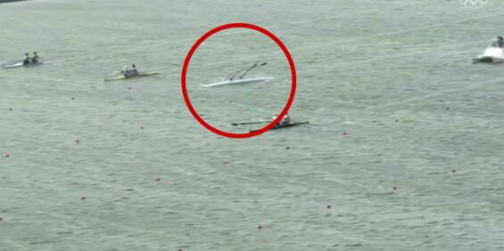 Image: Dramatiske bilder - her kantrer båten