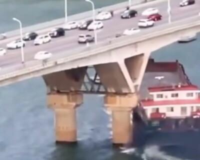 Image: Her kolliderer båten med trafikkert bro