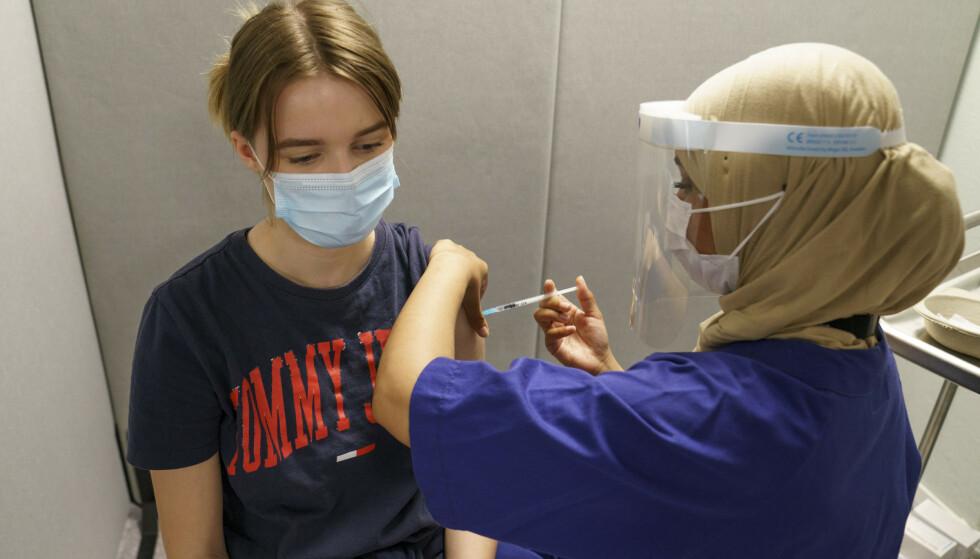 FHI regner med at 80 prosent av den voksne befolkningen er fullvaksinert om seks til åtte uker, slik at «viruset får hemmet sin spredningsevne betydelig». Her fra vaksinering i Oslo. Foto: Torstein Bøe / NTB