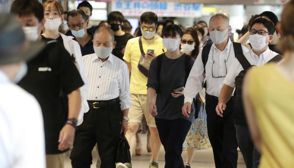 Munnbind brukes flittig i Tokyo. Foto: Koji Sasahara / AP / NTB