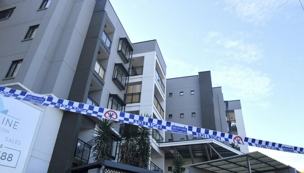 Politiet har sperret av et leilighetsbygg i Blacktown i Sydney på grunn av coronasmitte. Deler av storbyen lever under svært strenge restriksjoner på grunn av det nyeste smitteutbruddet. Foto: Mick Tsikas / AAP via AP / NTB