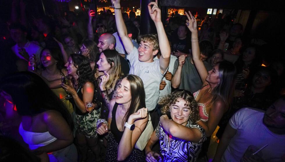 Unge engelskmenn festet hele natta lang da landets koronarestriksjoner ble opphevet 19. juli, slik ekspertene fryktet. Nå peker imidlertid koronasmittetallene riktig vei. Foto: Alberto Pezzali / AP / NTB