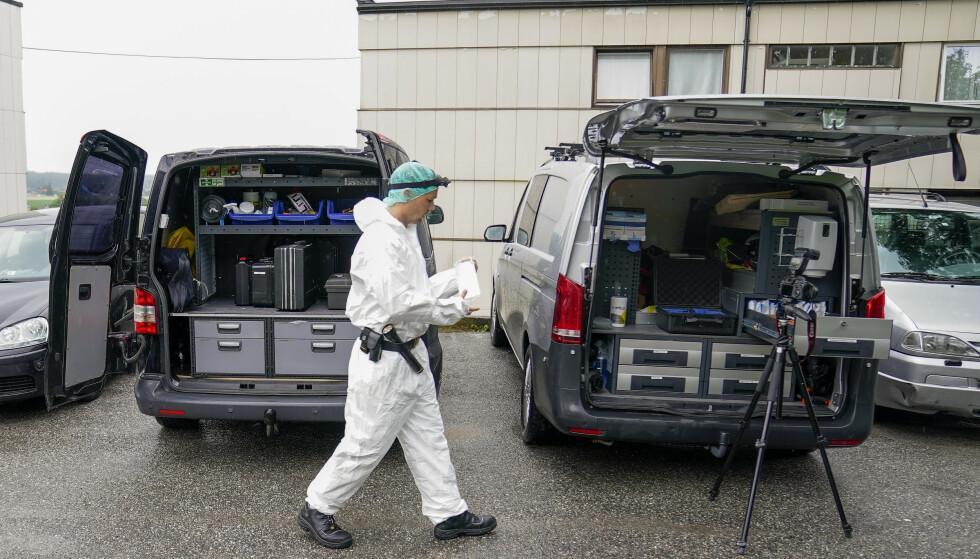 Kriminalteknikere fra politiet jobber på stedet etter dødsfallet i Fredrikstad. Foto: Torstein Bøe/NTB
