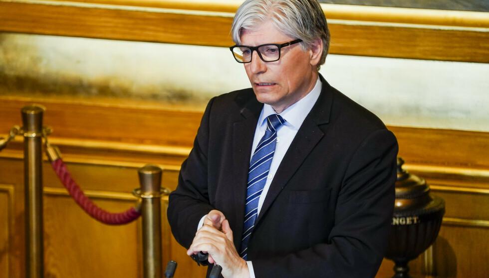 Ola Elvestuen (V) taler til Stortinget onsdag i forbindelse med at regjeringen legger frem planen om gjenåpning av samfunnet etter koronapandemien.Foto: Torstein Bøe / NTB