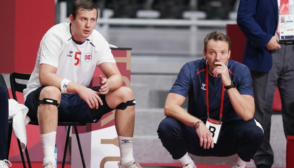 Norges Sander Sagosen og trener Christian Berge under OL-kampen i håndball mot Tyskland. Foto: Stian Lysberg Solum/NTB