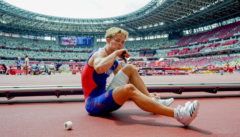 En smådeppa Sondre Guttormsen vender tommelen ned etter lårskaden i OL lørdag. Foto: Lise Åserud / NTB