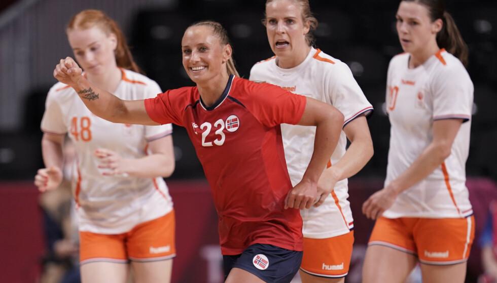 Camilla Herrem foran nederlandske spillere i OL-kampen i håndball. Foto: Stian Lysberg Solum/NTB
