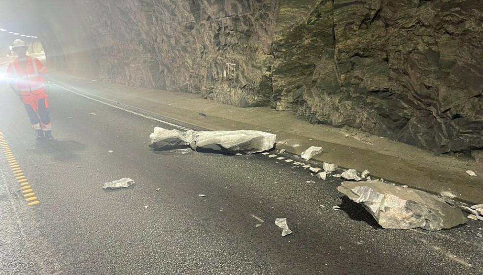 Trodaltunnelen  20210730. En et tonn tung steinblokka har falt ned i Trodaltunnelen på E39.Foto: Mesta / NTB