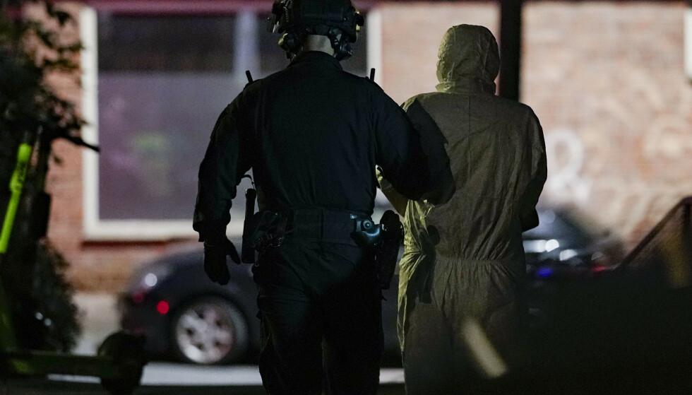 Politiet fører bort en person som er mistenkt for å ha knivstukket en kvinne i Fagerheimgata i Oslo. Foto: Fredrik Hagen / NTB