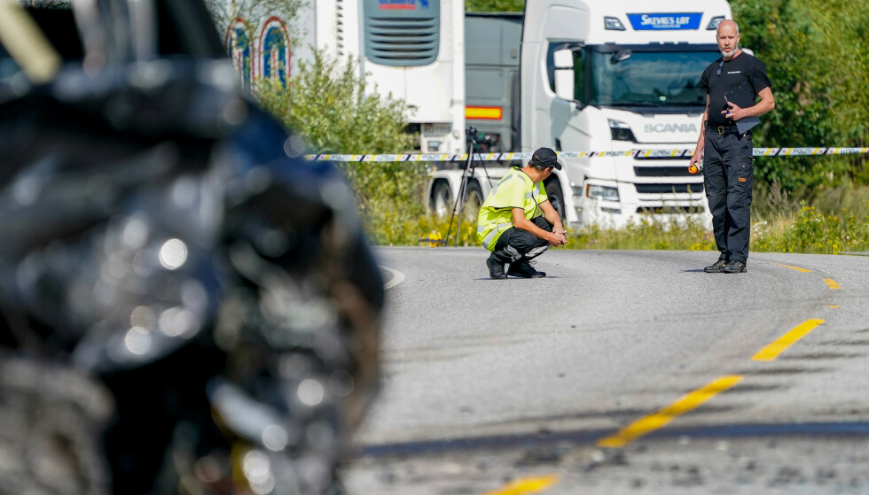 Personell fra Statens vegvesen i arbeid på stedet der en person omkom da tre biler kolliderte ved Jessheim trafikkstasjon torsdag. Foto: Torstein Bøe/NTB