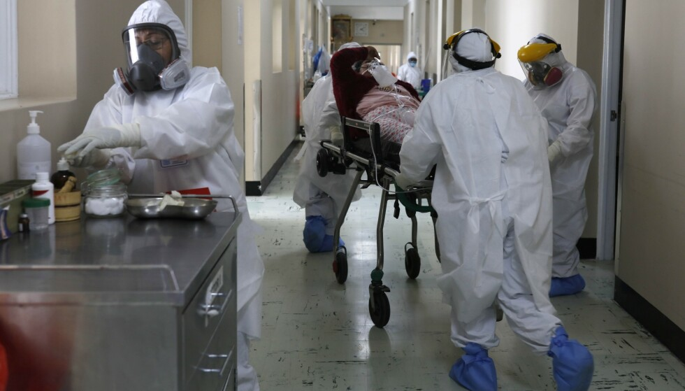 En pasient blir fraktet rundt på et sykehus i Arequipa i Peru. Foto: Guadalupe Pardo / AP / NTB