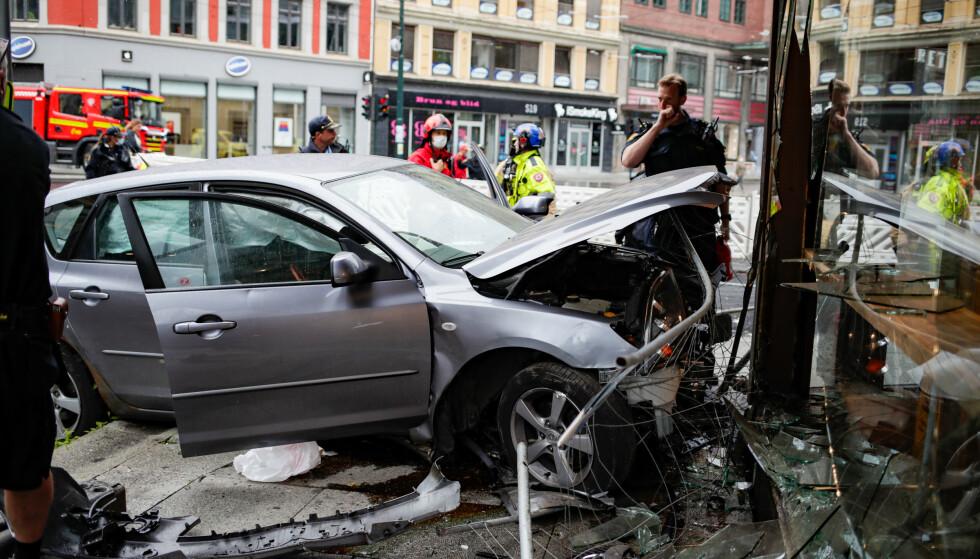 En bil har kjørt inn i fasaden på bakeriet Backstube i Storgata i Oslo. Foto: Javad M. Parsa / NTB
