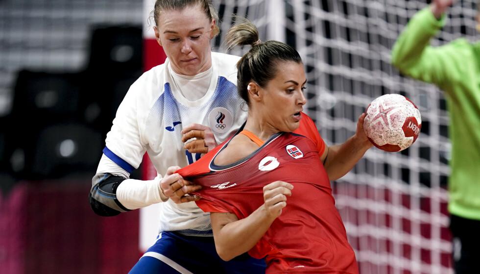 Nora Mørk får hard behandling i OL-semifinalen mot ROC. Foto: Stian Lysberg Solum/NTB