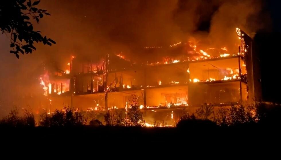Det brenner kraftig i en boligblokk i Arna bydel i Bergen.Foto: Bergen Foto og Media / NTB.