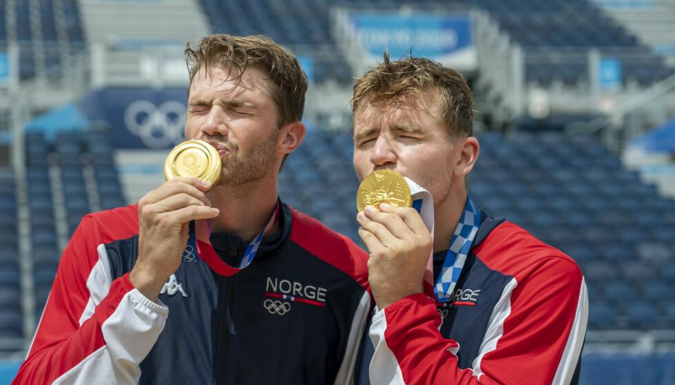 Anders Mol og Christian Sørum får gullmedaljen under medaljeseremonien etter at de vant finalen i sandvolleyball mot ROC i Shiokaze Park i OL i Tokyo lørdag.Foto: Heiko Junge / NTB.