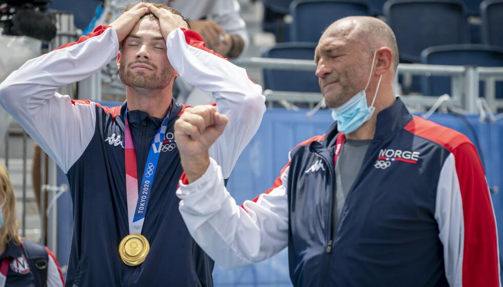 Anders Mol med gullmedaljen og far Kåre Mol etter medaljeseremonien etter at Anders Mol og Christian Sørum vant finalen i sandvolleyball mot ROC i Shiokaze Park i OL i Tokyo lørdag.Foto: Heiko Junge / NTB.