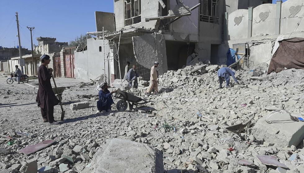 Et område i Lashkar Gah som ble bombet av det afghanske flyvåpen søndag. Flyvåpenet forsøker å stanse Tallibans framrykking mot byen. Foto: Abdul Khaliq / AP / NTB.