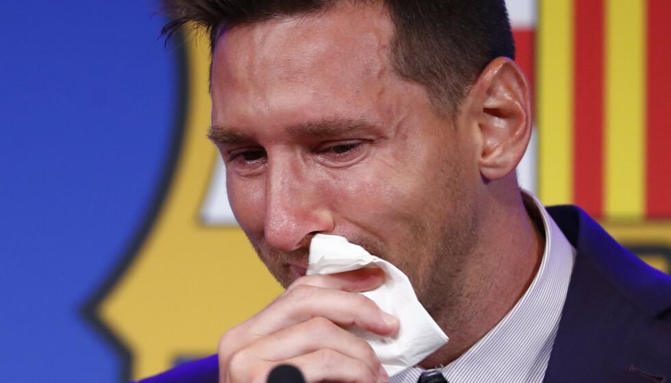 Lionel Messi gråt på pressekonferansen søndag. Foto: Joan Monfort / AP / NTB.