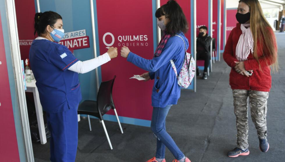 Tenåringer får coronavaksinen i Quilmes i Argentina, et land som vaksinerer barn og unge ned til tolv år. Foto: Gustavo Garello / AP / NTB
