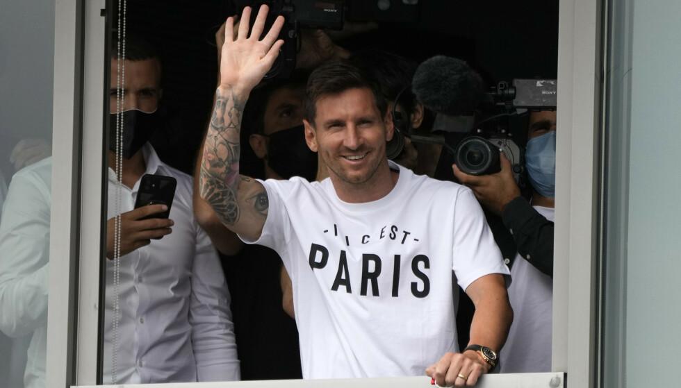 Lionel Messi var ikledd en Paris-skjorte og vinket til PSG-fansen da han tirsdag ankom den franske hovedstaden. Foto: François Mori / AP / NTB