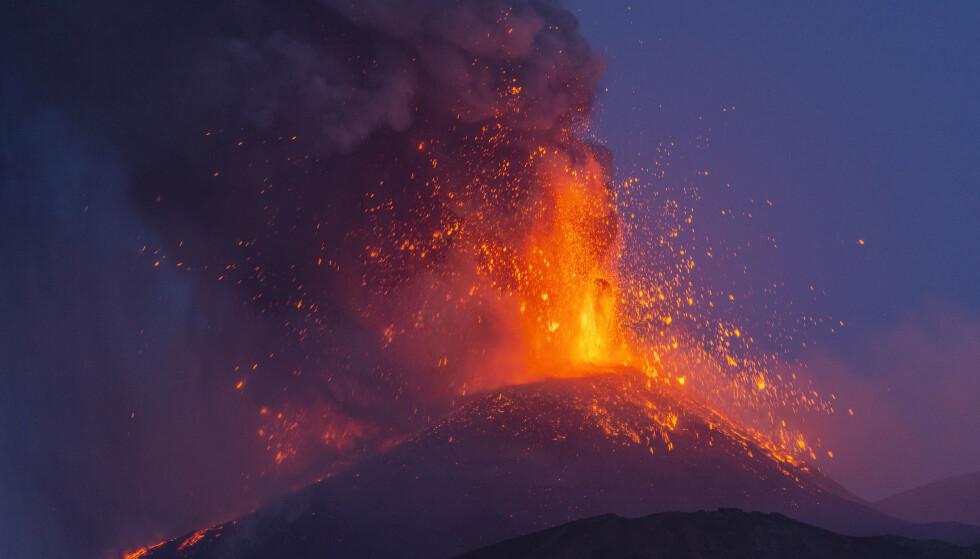 Et utbrudd fra Etna-vulkanen avbildet mandag. Foto: Salvatore Allegra / AP / NTB.