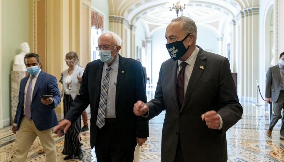 Formannen i Senatets budsjettkomité, den uavhengige sosialdemokratene Bernie Sanders (t.v.), og Demokratenes majoritetsleder i Senatet, Chuck Schumer, gleder seg stort over langtidsbudsjettet som ble vedtatt natt til onsdag. Foto: AP / NTB.