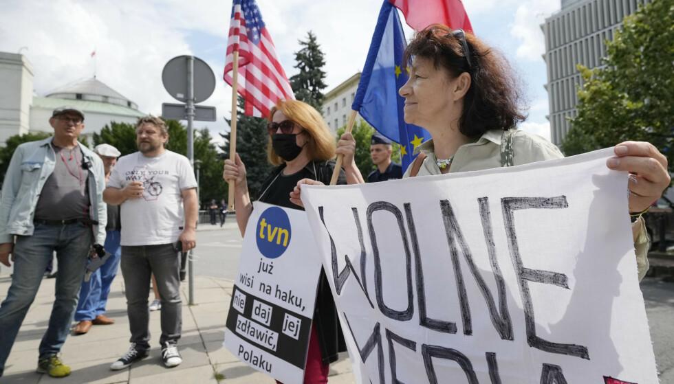 Den høyrepopulistiske regjeringens forslag til ny medielov i Polen er ifølge kritikerne et angrep på de siste frie mediene i landet. Foto: AP / NTB