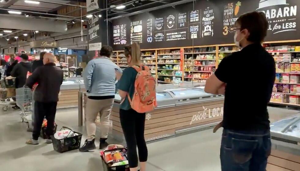 Lange køer på Casey Market Town i Canberra. Fra og med torsdag kveld får innbyggerne kun forlate hjemmet med en svært god grunn. Foto: Josh Nixon/Twitter@Podpeopledoom/via REUTERS