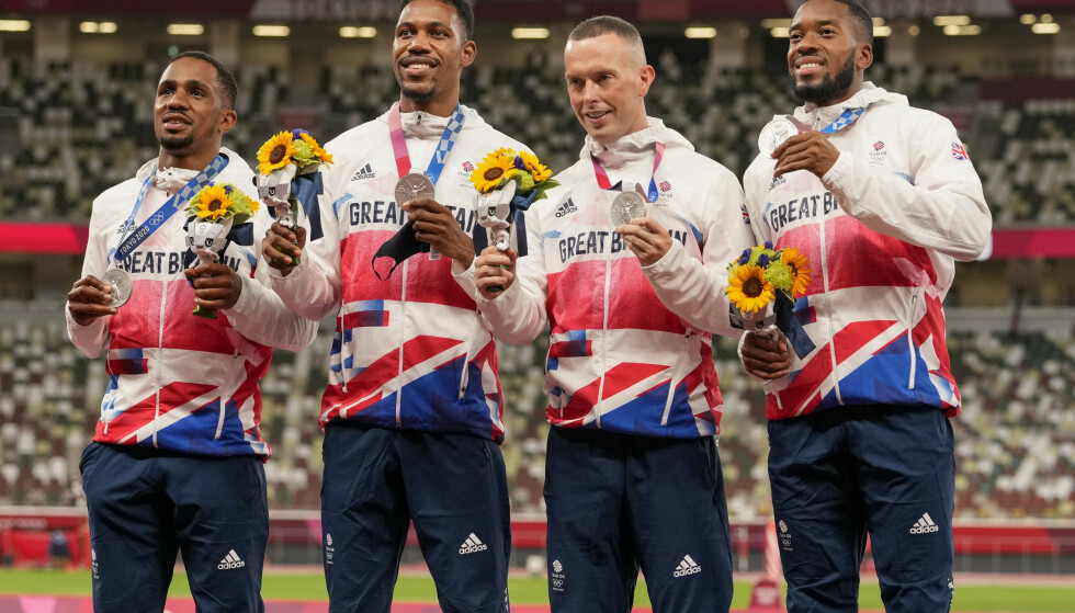 Chijindu Ujah (t.v.) er i dopingtrøbbel etter at han hjalp Storbritannia til OL-sølv på 4 x 100 meter. Her er han sammen med Zharnel Hughes, Richard Kilty og Nethaneel Mitchell-Blake på pallen i Tokyo. Foto: Martin Meissner / AP / NTB