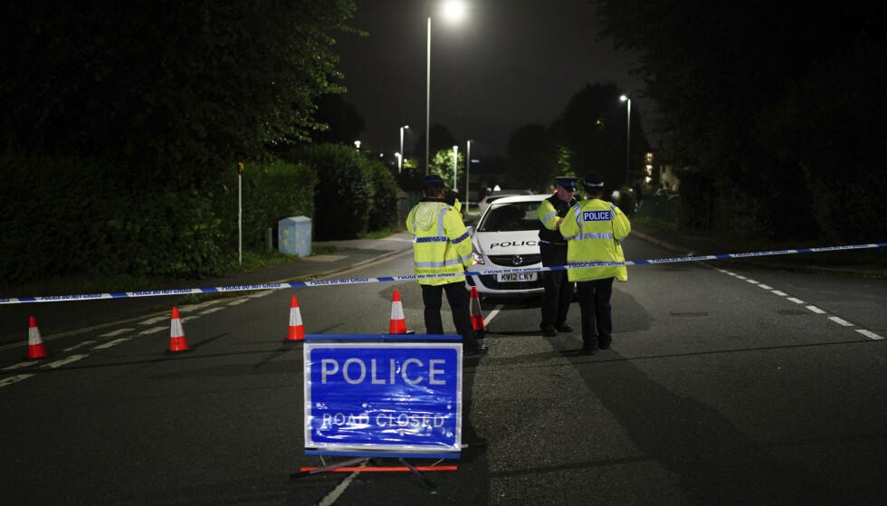 Politisperringer i nærheten av åstedet i Keyham i Plymouth, sørvest i England. Seks personer, blant dem en mistenkt gjerningsperson, døde i en skyteepisode i byen torsdag. Foto: Ben Birchall / PA via AP / NTB