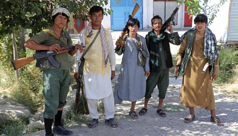 Militssoldater som er lojale mot krigsherren Ata Mohammad Noor, poserer utenfor Mazar-e-Sharif tirsdag mens de forsvarte Mazar-e-Sharif. Nå har Mazar-e-Sharif falt. Foto: Mirwais Bezhan / AP / NTB