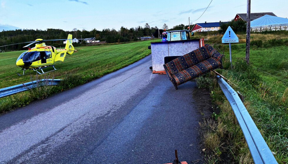 En person er hardt skadd etter at en traktortilhenger veltet på Odderudveien i Holmestrand lørdag kveld. Foto: Vestfold Interkommunale Brannvesen / NTB