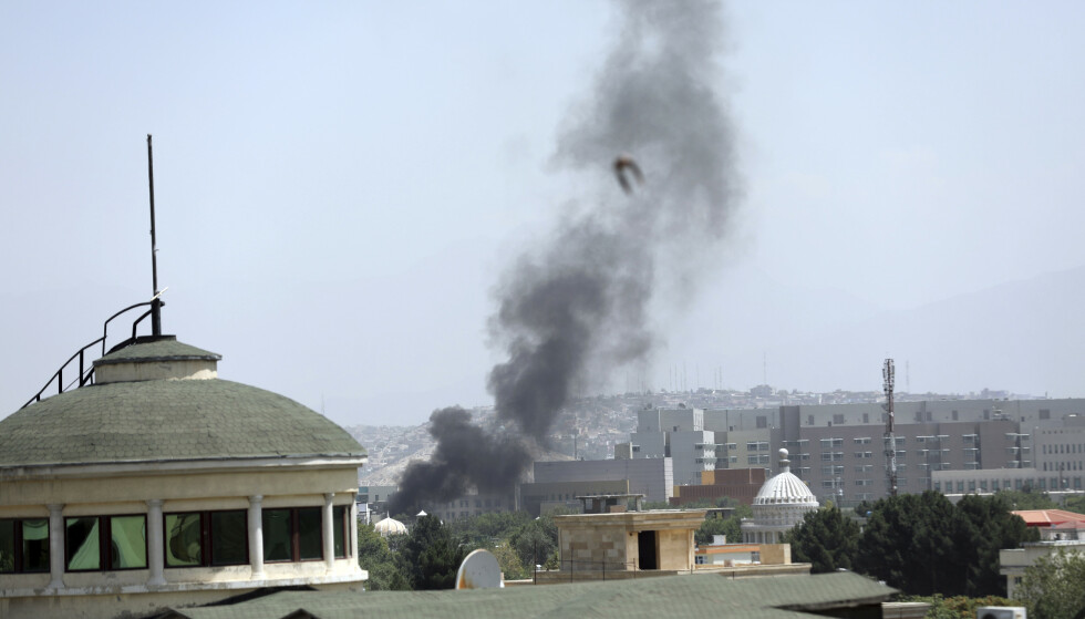 Røyk stiger opp fra det amerikanske ambassadebygget i Kabul, der amerikanerne angivelig i all hast brenner hemmelige dokumenter i forbindelse med evakueringen. Foto: Rahmat Gul / AP / NTB