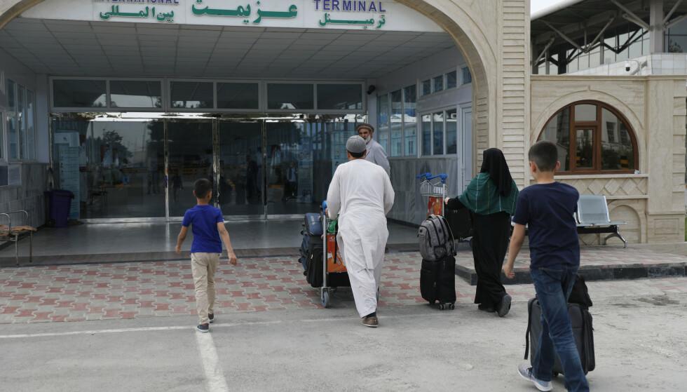 Kabuls internasjonale flyplass er nå åpen kun for militære flygninger. Natt til mandag bekreftet Danmark at det danske forsvaret har evakuert en gruppe dansker og nordmenn fra Afghanistan. Bildet er fra lørdag, dagen før Taliban gikk inn i Kabul. Foto: Rahmat Gul / AP / NTB