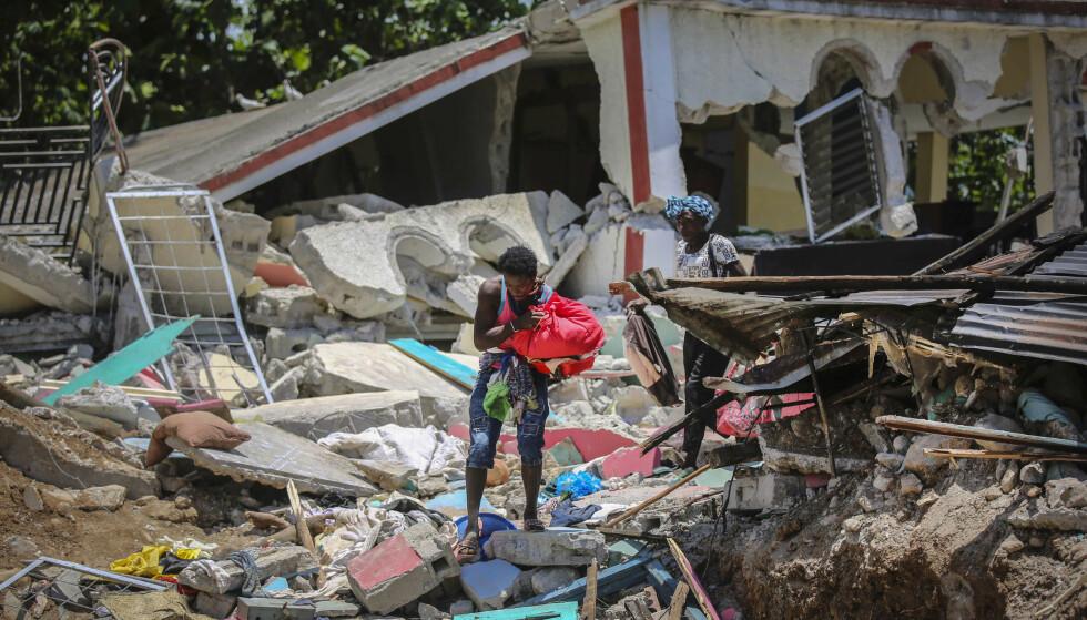 Jordskjelvet la boliger i ruiner lørdag. Foto: Joseph Odelyn / AP / NTB