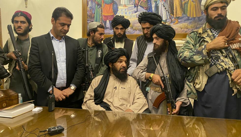 Taliban-krigere tok seg søndag inn i presidentpalasset i Afghanistan. Foto: Zabi Karimi / AP / NTB