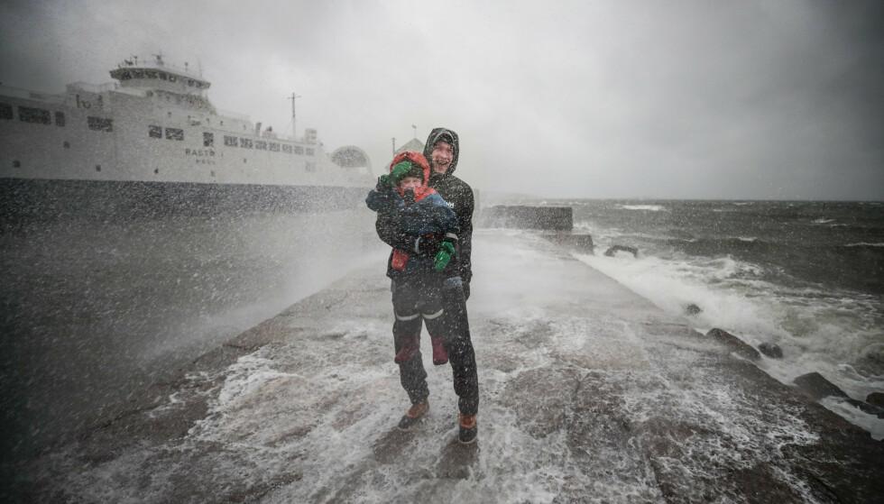 Det er ventet stiv kulig og mye regn enkelte steder i landet. Bilde er fra ferjekaia i Moss fra en annen anledning. Foto: Lise Åserud / NTB