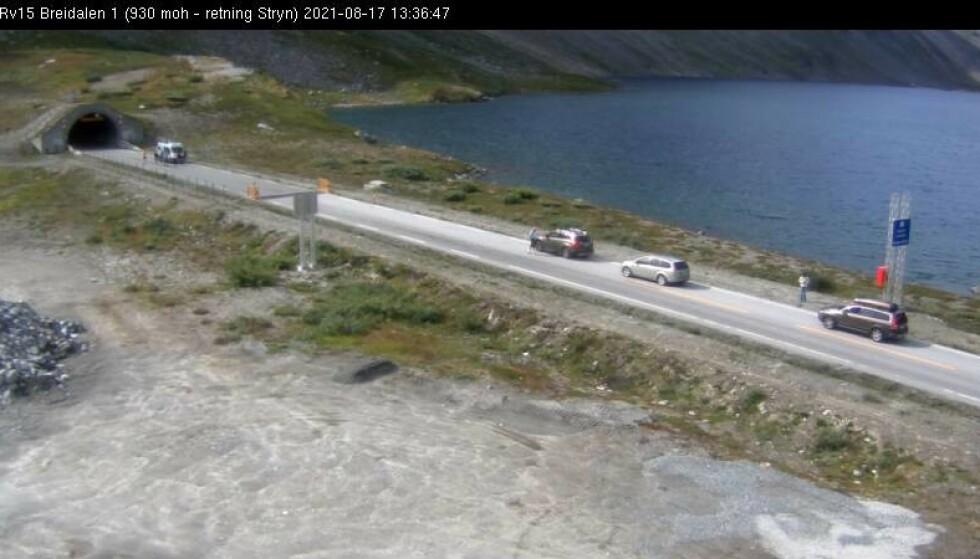 Biler i kø ved innløpet til Oppljostunnelen i retning Stryn på Rv 15 i Breidalen. Foto: Statens vegvesen webkamera / NTB