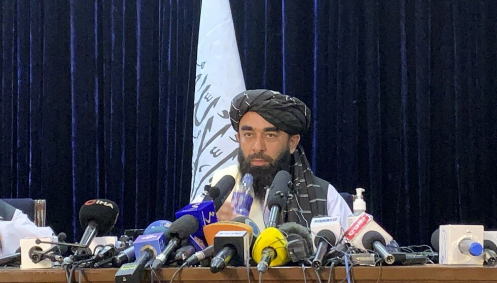 Taliban-talsmann Zabihullah Mujahid holdt tirsdag sin første pressekonferanse etter at Taliban inntok Kabul i helgen. Foto: Rahmat Gul / AP / NTB