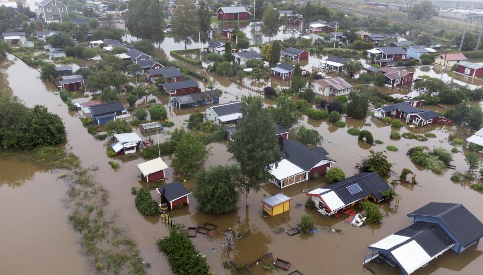 Det er store oversvømmelser i Gävle, øst i Sverige. Her ligger et boligområde ved Södra Kungsvägen under vann. Foto: Fredrik Sandberg/TT / NTB
