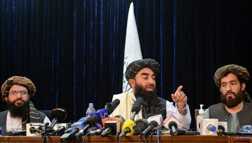 Talibans talsmann Zabihullah Mujahid (i midten) på deres første pressekonferanse etter erobringen av Kabul i Afghanistan. Her lovet de blant annet å respektere kvinners rettigheter. Foto: Hoshang Hashimi / AFP via NTB