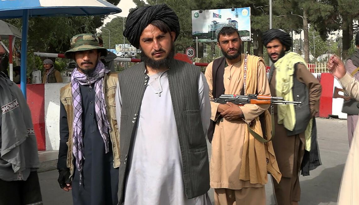 TALIBANS KRIGERE: Talibanske krigere står vakt før talsmannen Zabihullah Mujahid skal holde deres første pressekonferanse. Foto: Photo by Bashir Darwish/UPI/Shutterstock via NTB