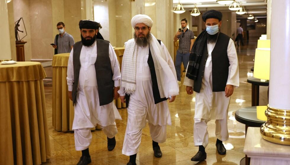 Ledere og forhandlere av Taliban. Abdul Latif Mansoor (H), Shahabuddin Delawar (M) and Suhail Shaheen (V) på vei til en pressekonferanse i Moskva 9. juli 2021. Foto: Dimitar DILKOFF / AFP via NTB
