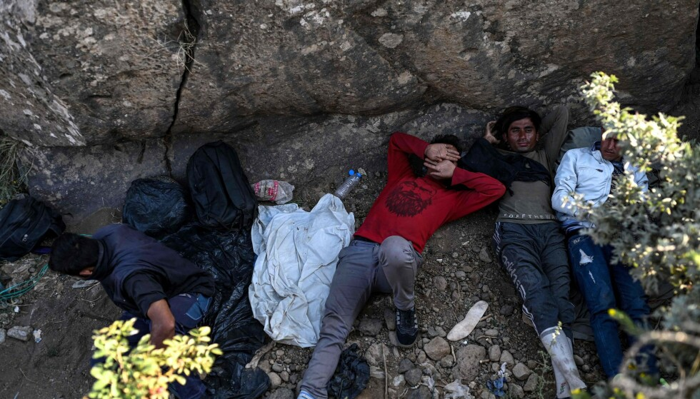 FLYKTNINGER: Afghanske flyktninger som hviler i vente på smuglere som kan ta dem over grensen etter at Taliban erobret mesteparten av landet deres. Foto: Ozan KOSE / AFP via NTB