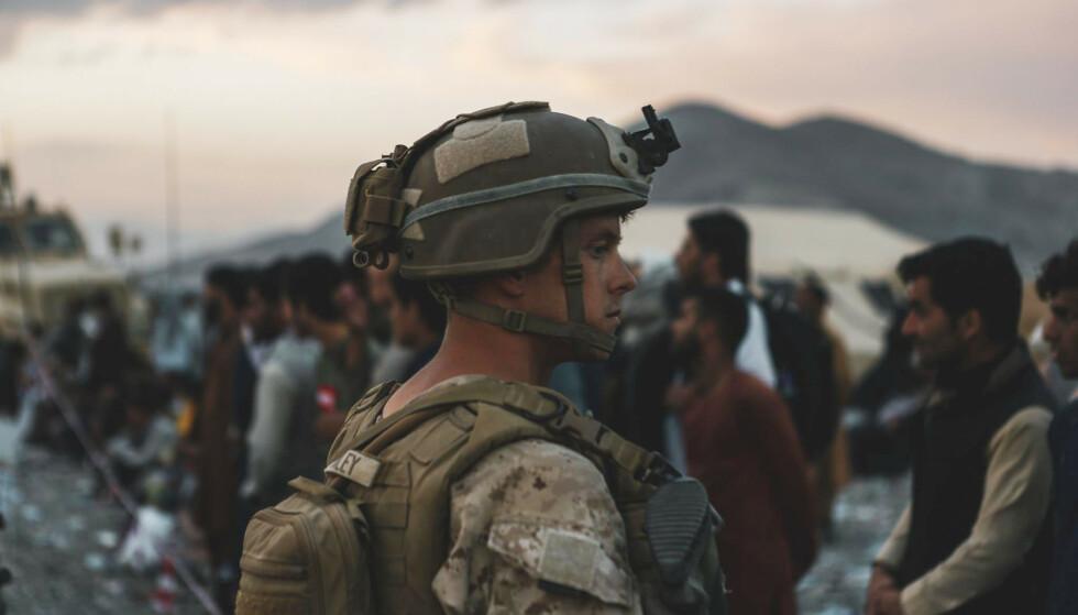 Pentagon sier rundt 3.800 sivile er evakuert fra Afghanistan bare lørdag, men utfordringene er store. Flyplassen i Kabul voktes av amerikanske soldater. Foto: U.S. Marine Corps / AP / NTB