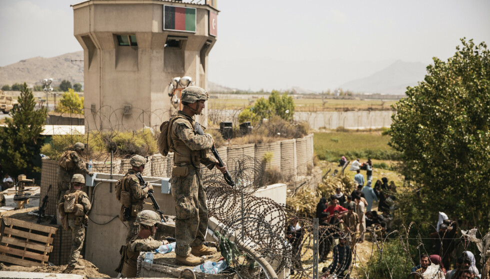Amerikanske soldater kontrollerer Hamid Karzai internasjonale flyplass i Kabul. Foto: U.S. Marine Corps via AP / NTB