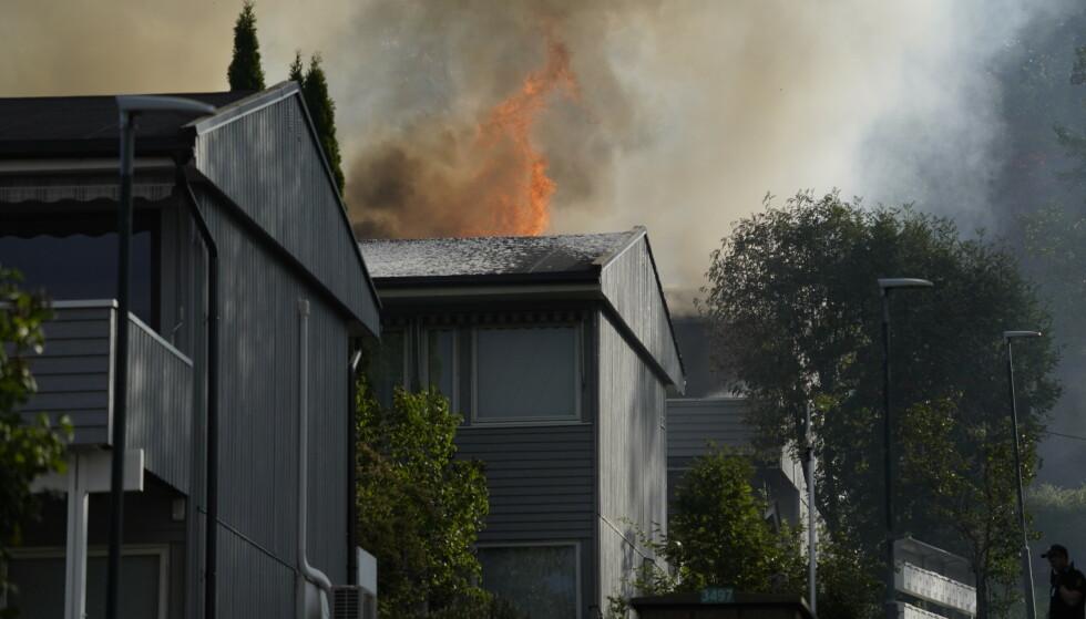 Brann i rekkehus med fire boenheter på Stovner i Groruddalen. Foto: Håkon Mosvold Larsen / NTB